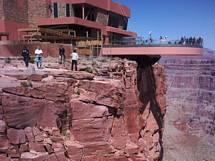 Grand Canyons kända glasgång på den västra delen i Arizona