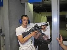 Joel testar maskingevär i Las Vegas Gun Store