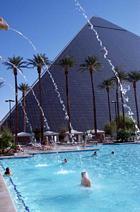 Luxors pyramid och pool i Las Vegas