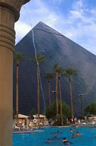 Luxor pyramid och pool i Las Vegas